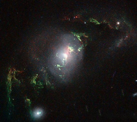 科学家发现宇宙星体残留物 绿色光芒如幽灵