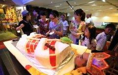杭州商家推唐僧肉 男模特盖袈裟状蛋糕