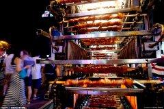 夜市现自制烤串神器 一人一次烤100串 堪比智能设备