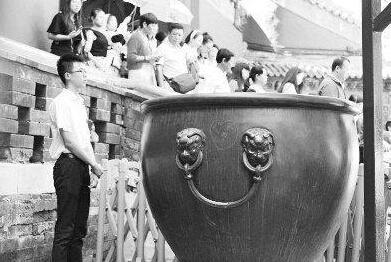 """故宫大缸被刻字 游客秀出的是""""无知""""不是恩爱"""