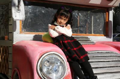 最萌校车现北京 萌娃车模走红背后满满是父爱