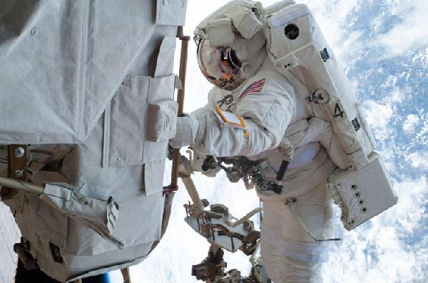 自拍的最高境界 太空行走自拍