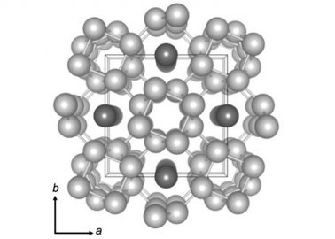 科学家们发现新的物质形态'链融态':原子可同时以固态和液态存在