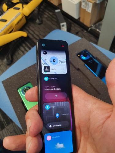 安卓之父晒新机 巨长版手机类似遥控器 有点酷